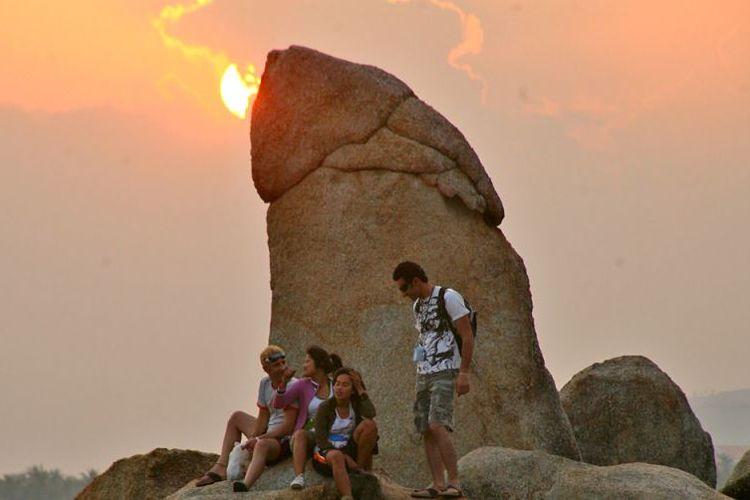 Para turis berfoto di dekat batu Hin Ta di pulau Koh Samui, Thailand.