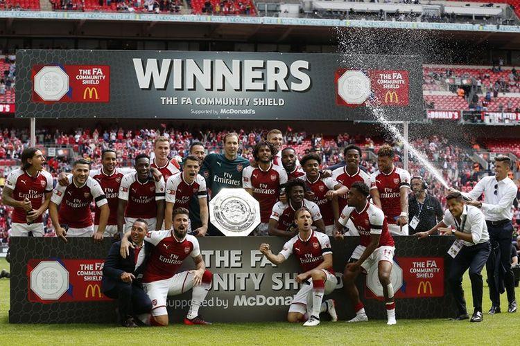 Para pemain Arsenal merayakan kesuksesan meraih gelar Community Shield setelah mengalahkan Chelsea 4-1 melalui adu penalti di Stadion Wembley, London, Minggu (6/8/2017). Adu penalti dilakukan setelah duel 90 menit berakhir imbang 1-1.