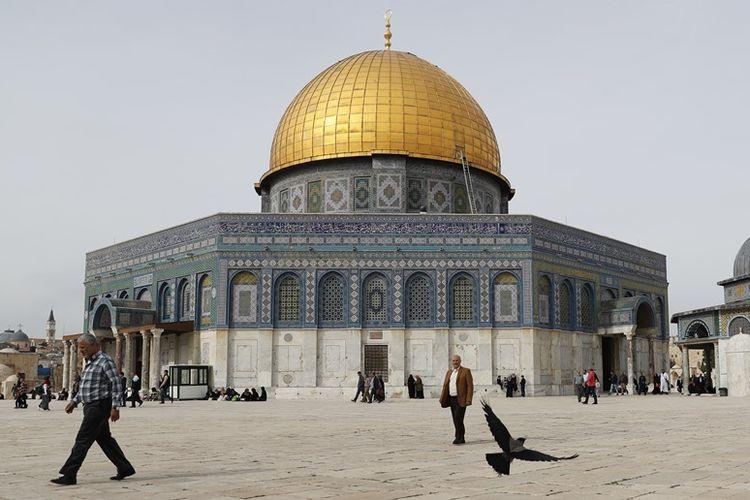 Warga berjalan di dekat masjid Kubah Batu di Yerusalem.