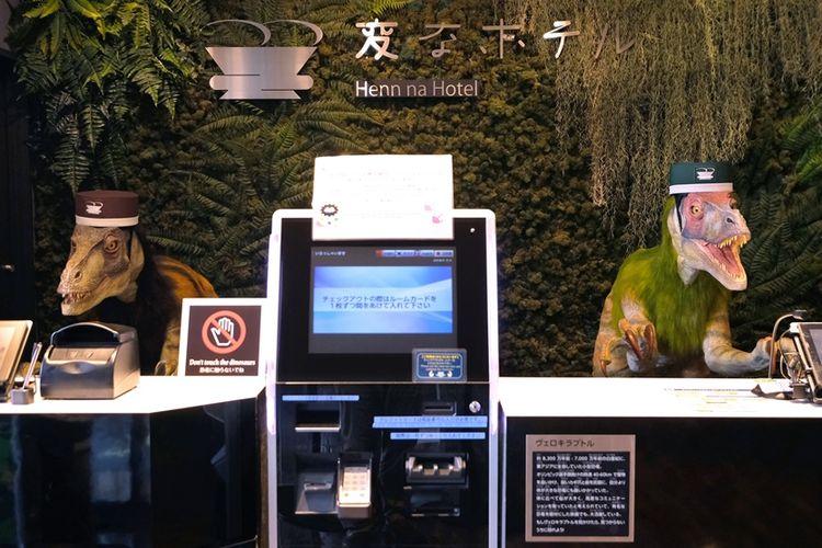 Hotel Henn-na di Jepang yang terkenal karena menggunakan robot untuk sejumlah pekerjaan layanan tamu, termasuk resepsionis, yang digantikan robot dinosaurus.