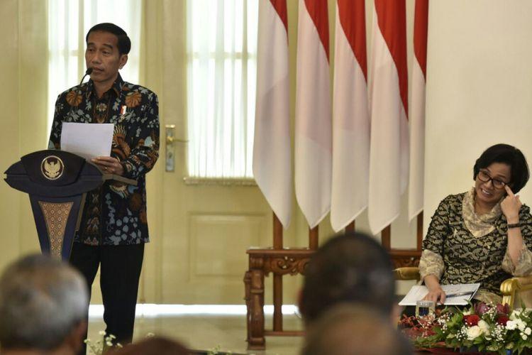 Presiden Joko Widodo dan Menteri Keuangan Sri Mulyani saat acara penyerahan DIPA Tahun 2018 kepada menteri/pimpinan lembaga negara dan gubernur se-Indonesia di Ruang Garuda, Istana Kepresidenan Bogor, Jawa Barat, Rabu (6/12/2017).
