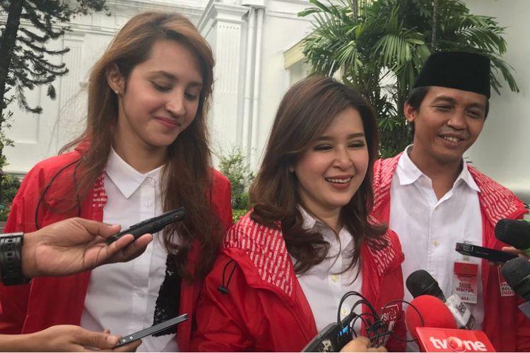 Ketua Umum PSI Grace Natalie (tengah), Ketua II PSI Tsamara Amany (kiri) dan Sekjen PSI Raja Juli Antoni di Kompleks Istana Presiden Jakarta usai bertemu Presiden Joko Widodo, Kamis (1/3/2018).