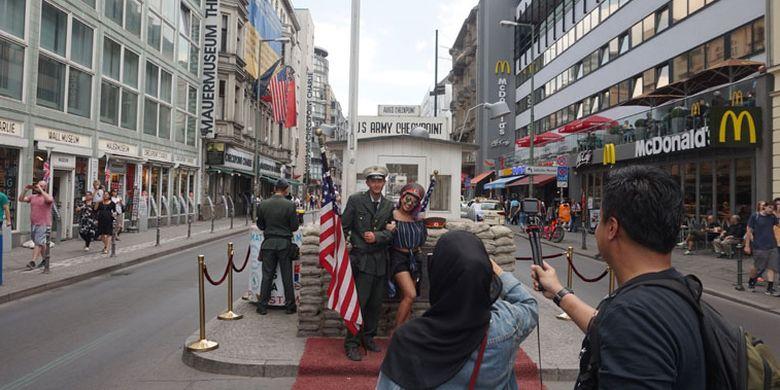 Checkpoint Charlie, salah satu ikon wisata kota Berlin, Jerman, Rabu (20/6/2018). Tak ada lagi tentara berwajah dingin. Yang ada para aparat yang bertingkah sebagai tentara berseragam militer.