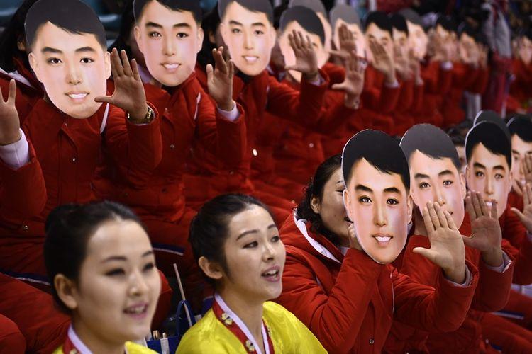Pendukung Korea Utara mengenakan topeng yang disebut sebagai wajah pemimpin pertama Korea Utara, Kim Il Sung, namun dibantah Kementerian Unifikasi Korea Selatan.