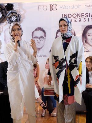 Desainer busana muslim Dian Pelangi menunjukkan salah satu rancangannya yang akan ditampilkan di New York Fashion Week 2018.