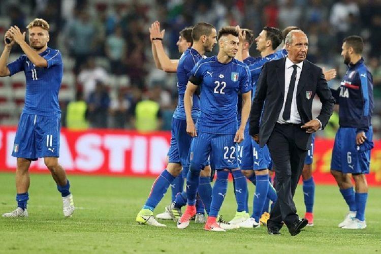Pelatih timnas Italia, Gian Piero Ventura, menyelamati para pemainnya seusai laga uji coba kontra Uruguay di Nice, 7 Juni 2017.