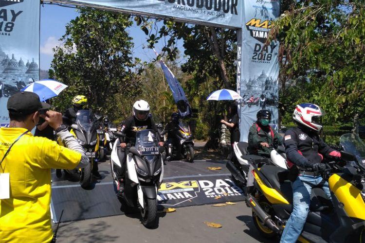 Peserta MAXI Yamaha Tour de Indonesia tiba di komplek Candi Borobudur Magelang Jawa Tengah, Sabtu (14/7/2018).