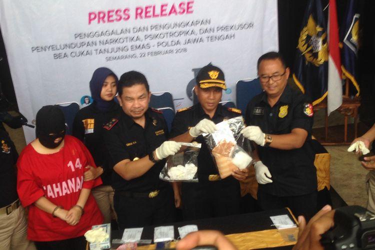 Bea dan Cukai berhasil mengungkap penyelundupan narkotika jenis sabu 538 gram di terminal kedatangan internasional Bandara Ahmad Yani, Semarang, Kamis (22/2/2018).
