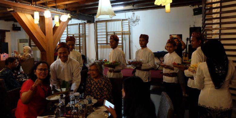Santap malam ala rijsttafel di Museum Bahari, Jakarta.