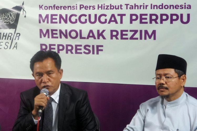 Kuasa Hukum Hizbut Tahrir Indonesia (HTI), Yusril Ihza Mahendra, saat memberikan keterangan pers di kantor HTI, Tebet, Jakarta Selatan, Rabu (12/7/2017).