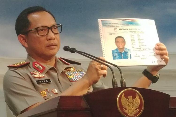 Kapolri Jenderal Tito Karnavian menunjukkan foto terduga penyerang Novel Baswedan, di Kantor Presiden,  Jakarta, Senin (31/7/2017).