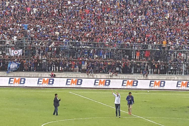 Pelatih Arema FC Milomir Seslija (baju putih) saat menyapa Aremania usai menang 4-1 atas Persita Tangerang dalam laga Babak 32 Besar Piala Indonesia di Stadion Kanjuruhan, Kabupaten Malang, Sabtu (26/1/2019)