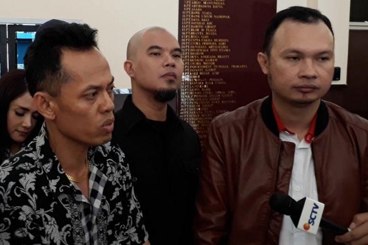 Ahmad Dhani bersama istrinya, Mulam Jameela, dan tim kuasa hukumnya usai menjalani pemeriksaan di Polres Metro Jakarta Selatan hari ini, Jumat (1/12/2017).