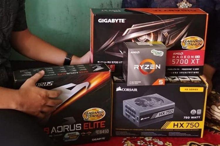 Ervan Pratama saat memberikan hadiah seserahan berupa hardware kepada Tiara di sebuah acara lamaran di Surabaya, Minggu (18/8/2019).