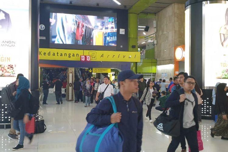 Suasana di pintu kedatangan Stasiun Gambir, Jakarta Pusat, Minggu (9/6/2019).