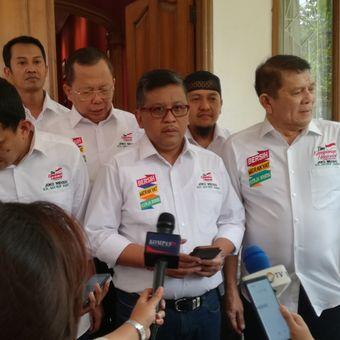 Sekretaris Tim Kampanye Nasional pasangan calon presiden dan wakil presiden Joko Widodo-Maruf Amin, Hasto Kristiyanto (tengah)