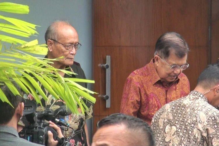Wakil Presiden Jusuf Kalla saat meninggalkan kediaman Buya Syafii Maarif