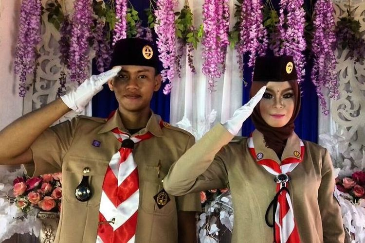 Pasangan Dita Suryani Oktafiani (22) dan Aswin Baharsyah Bachtiar yang menikah pada 9 Mei 2018 di Penajam Paser Utara, Kaltim. Mereka menikah dengan mengenakan seragam Pramuka.