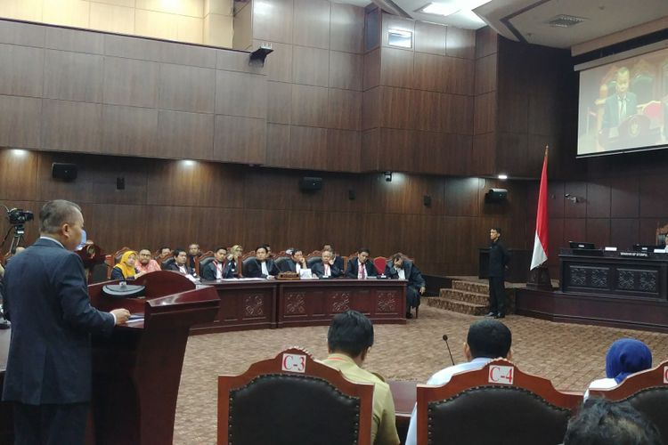 Anggota Komisi III DPR Arsul Sani saat memberikan keterangan DPR di sidang uji materi UU Pemilu di MK, Jakarta, Selasa (14/11/2017).