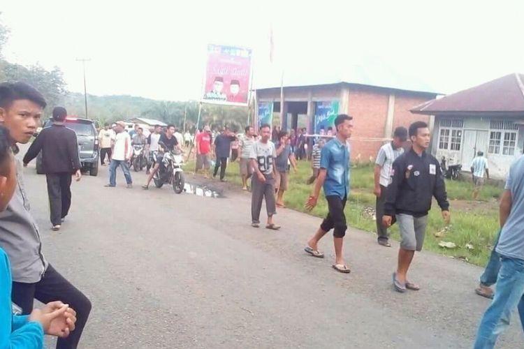 Situasi mencekam saat terjadi bentrok antar dua kubu timses calon Bupati Empat Lawang, di Desa  Padang Tepong, Kecamatan Ulu Musi, Empat Lawang, Sumatera Selatan, Selasa (12/6/2018)