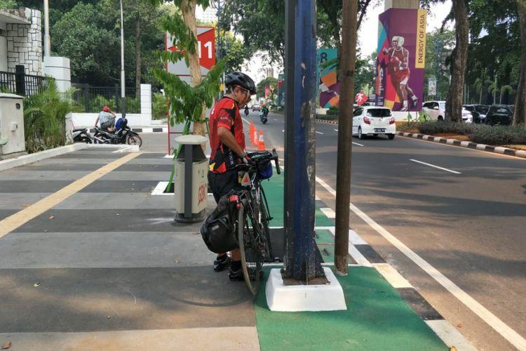 Pesepeda: Saya Ledekin Tiang Ini Bukan Menghalangi, tapi Buat Sandaran Sepeda