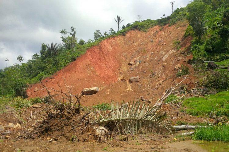 (Ilustrasi) Lokasi mahkota tanah longsor di lereng perbukitan Gunung Sorandil, Dusun Cimapag, Desa Sirnaresmi, Kecamatan Cisolok, Sukabumi, Jawa Barat, Selasa (8/1/2019).