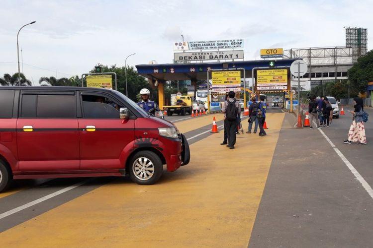 Suasana gerbang tol Bekasi Barat, Selasa (13/3/2018). Pemberlakuan ganjil genap mulai diberlakukan hari jni