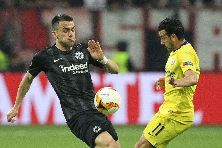Filip Kostic mencoba menahan laju Pedro Rodriguez pada pertandingan Eintracht Frankfurt vs Chelsea dalam semifinal Liga Europa di Commerzbank Arena, 2 Mei 2019.