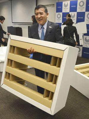 CEO dan Presiden Airweave, Motokuni Takao, menunjukkan kerangka ranjang yang terbuat dari kardus resistansi tinggi.