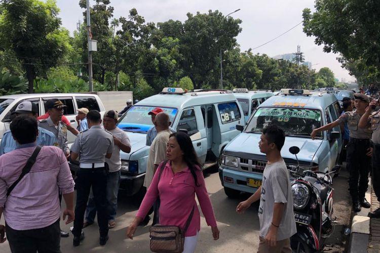 Sopir angkot Tanah Abang melakukan aksi protes atas penutupan Jalan Jatibaru, Tanah Abang, di depan Balai Kota DKI Jakarta, Rabu (31/1/2018).