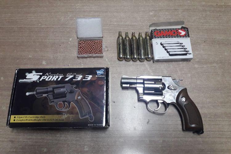 Barang bukti yang diamankan polisi dalam kasus kepemilikan senjata api ilegal, Jumat (15/2/2019).