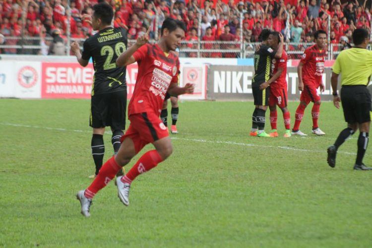 Manda Cingi menyumbang dua gol untuk kemenangan 3-1 Semen Padang dari Kalteng Putra