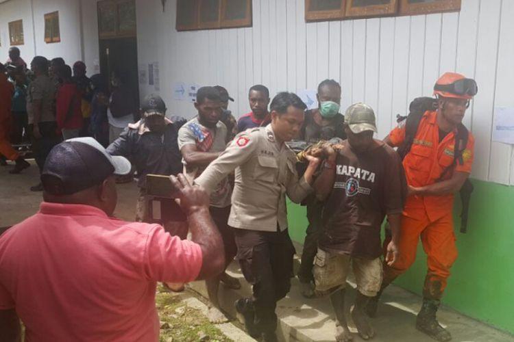 Korban selamat pesawat Dimonim yang jatuh di Gununk Menuk, Distrik Aerambakon, Papua, tiba di RSUD Oksibil, Minggu (12/8/2018).
