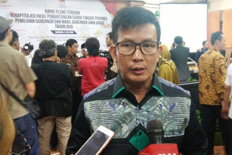 Ketua KPU Jawa Barat Yayat Hidayat saat diwawancarai media usai rapat pleno penghitungan suara Pilkada Jabar 2018 di kantor KPUD Jabar Jalan Garut, Minggu (8/7/2018)