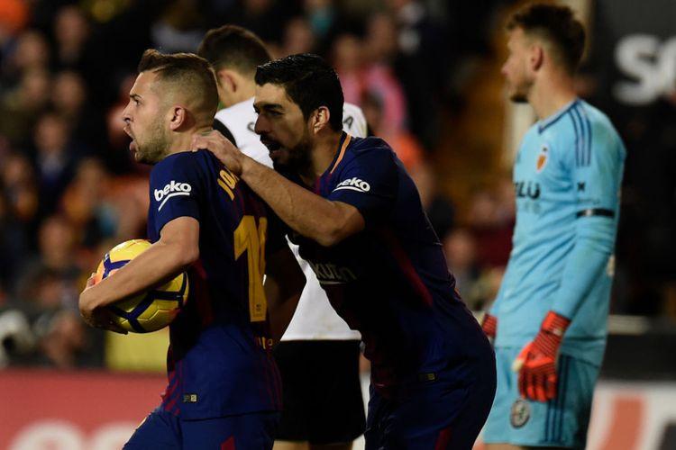 Jordi Alba dan Luis Suarez merayakan gol Barcelona ke gawang Valencia pada pertandingan La Liga di Mestalla, Minggu (26/11/2017).