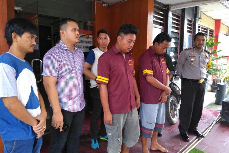 Librahim alias Gogon (33) dan Medy Sapriadi (30) saat berada di Polsek Seberang Ulu (SU) 1 Palembang