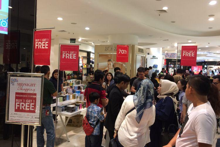 Suasana gelaran Jakarta Great Sale 2017 di Senayan City, Minggu (18/6/2017) malam. Ajang JGS dimanfaatkan para pembeli yang hendak membeli barang dengan diskon hingga 70 persen.