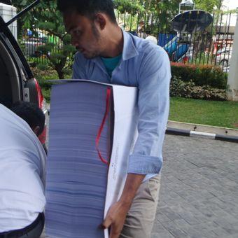 Berkas tuntutan Setya Novanto tiba di Gedung Pengadilan Tipikor Jakarta, Rabu (6/12/2017).