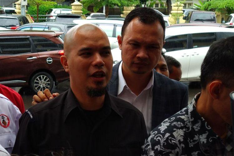 Ahmad Dhani tiba di Mapolres Jakarta Selatan, Kamis (30/11/2017). Dhani datang memenuhi panggilan kepolisian untuk penyidikan dirinya yang berstatus tersangka dalam kasus ujaran kebencian.