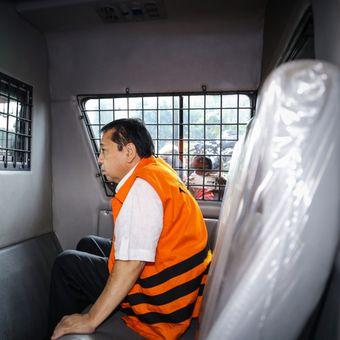 Tersangka kasus korupsi KTP elektronik Setya Novanto berada di mobil tahan KPK seusai menjalani pemeriksaan di Kuningan, Jakarta Selatan, Selasa (21/11/2017). Kedatangan Setya Novanto ke KPK untuk menjalani pemeriksaan perdana sebagai tersangka kasus korupsi proyek e-KTP.