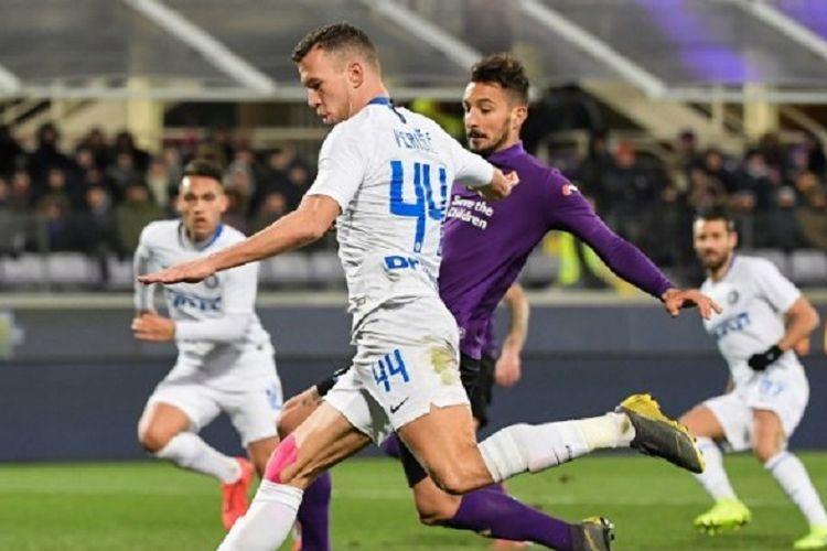 Gelandang Inter Milan, Ivan Perisic, mencoba melewati bek Fiorentina, Federico Ceccherini, pada laga pekan ke-25 Seri A Italia, 24 Februari 2019.