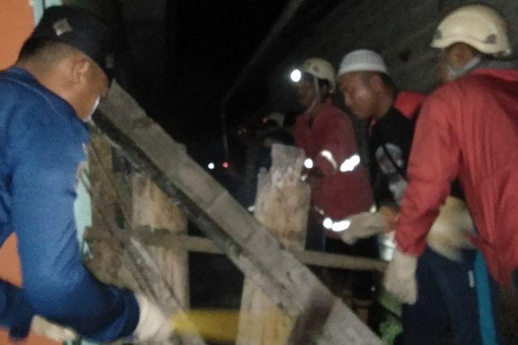 Akibat gempa bermagnitudo 6,9 di Banggai Kepulauan, provinsi Sulawesi Tengah, pagar dan dinding rumah warga di  dusun Balambano, KM 4 Kecamatan Malili, Luwu Timur, ambruk, Jumat (12/04/2019)