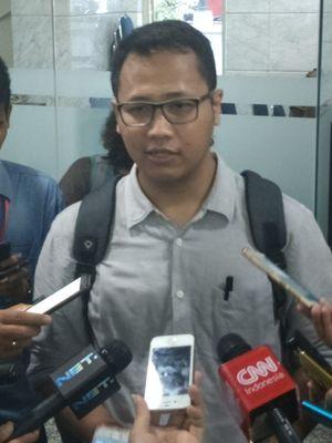 Aktivis ICW sekaligus anggota Koalisi Masyarakat Sipil Selamatkan KPK, Tama S Langkun saat memberikan keterangan pers terkait laporan dugaan pelanggaran kode etik oleh Ketua MK Arief Hidayat, di gedung MK, Jakarta Pusat, Rabu (6/12/2017).
