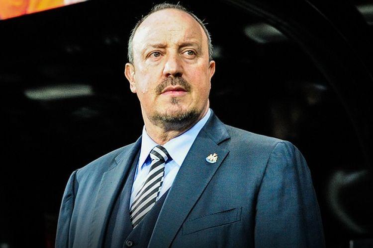 Rafael Benitez memerhatikan jalannya pertandingan antara Newcastle United dan Preston Northe End di St. James Park, Senin (24/4/2017).