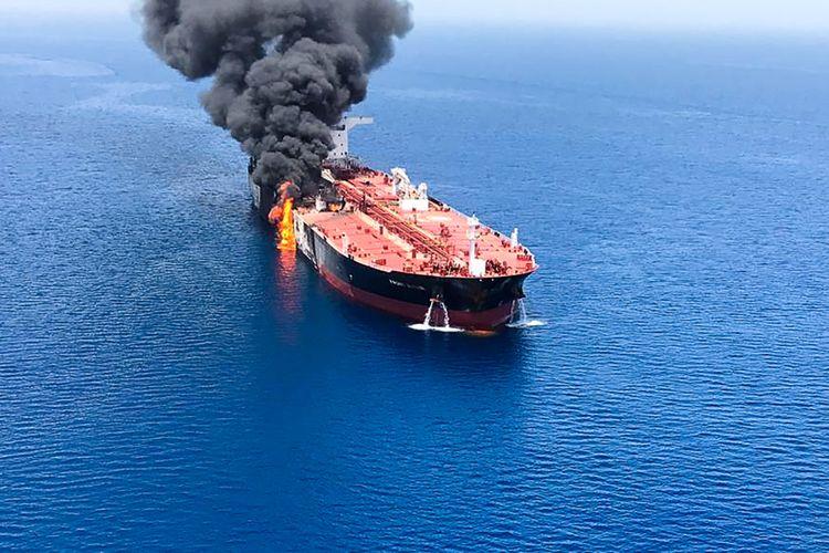 Sebuah gambar yang dirilis oleh kantor berita ISNA menunjukkan kapal tanker Front Altair dilalap api setelah diduga diserang dengan torpedo di Teluk Oman pada Kamis (13/6/2019).