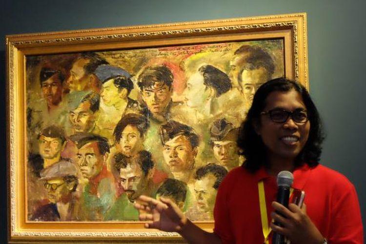 Kurator Mikke Santoso sedang menjelaskan lukisan karya S. Sudjojono dengan judul Kawan Kawan Revolusi.