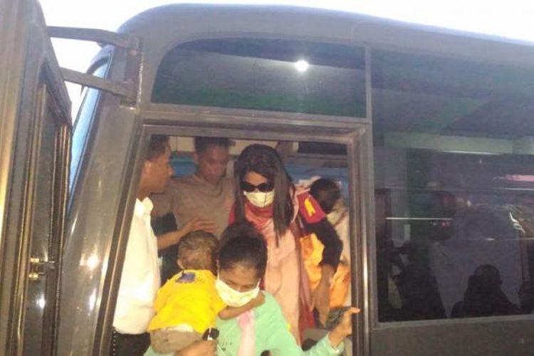 16 Mantan anggota Gafatar tiba di Kota Ambon, Senin (1/2/2016). Saat dibawa ke Balai Dikat Kantor Keagamaan AMbon mereka dikawal ketat aparat kepolisian bersenjata lengkap