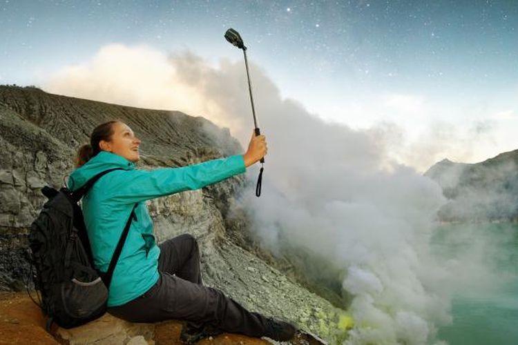 Turis selfie di Kawah Ijen, Banyuwangi