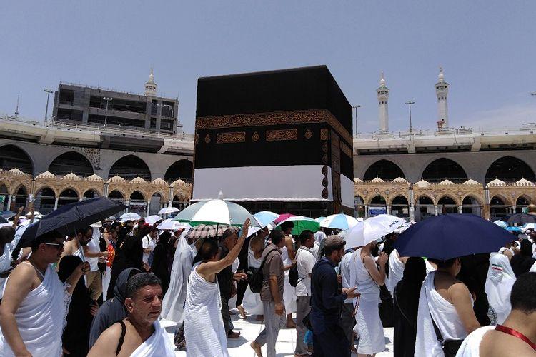 Para jamaah haji dari seluruh dunia berjalan mengitari Kabah dalam prosesi ibadah haji, Minggu (19/8/2018).