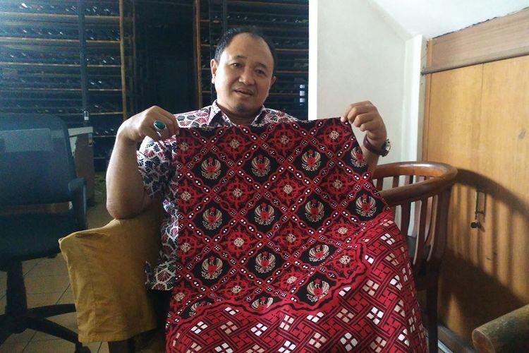 Komarudin Kudiya, Pemilik Rumah Batik Komar menunjukkan kain batik Garuda Kujang Kencana, motif batik rancangan Gubernur Jawa Barat Ridwan Kamil.